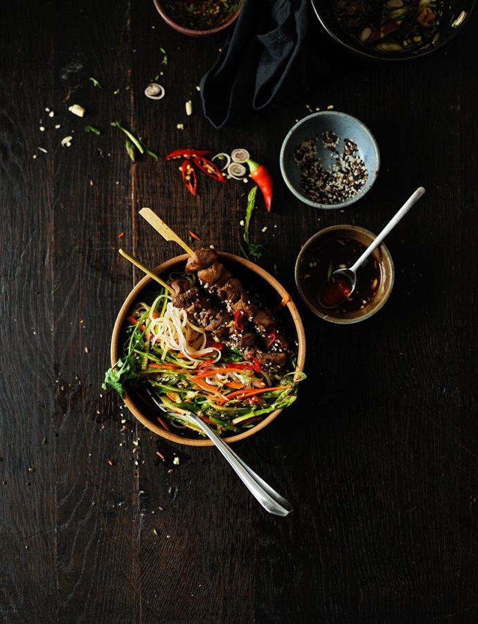 Sałatka azjatycka z makaronem ryżowym