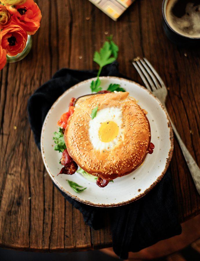Bagels met ei, hummus en geroosterde groentjes