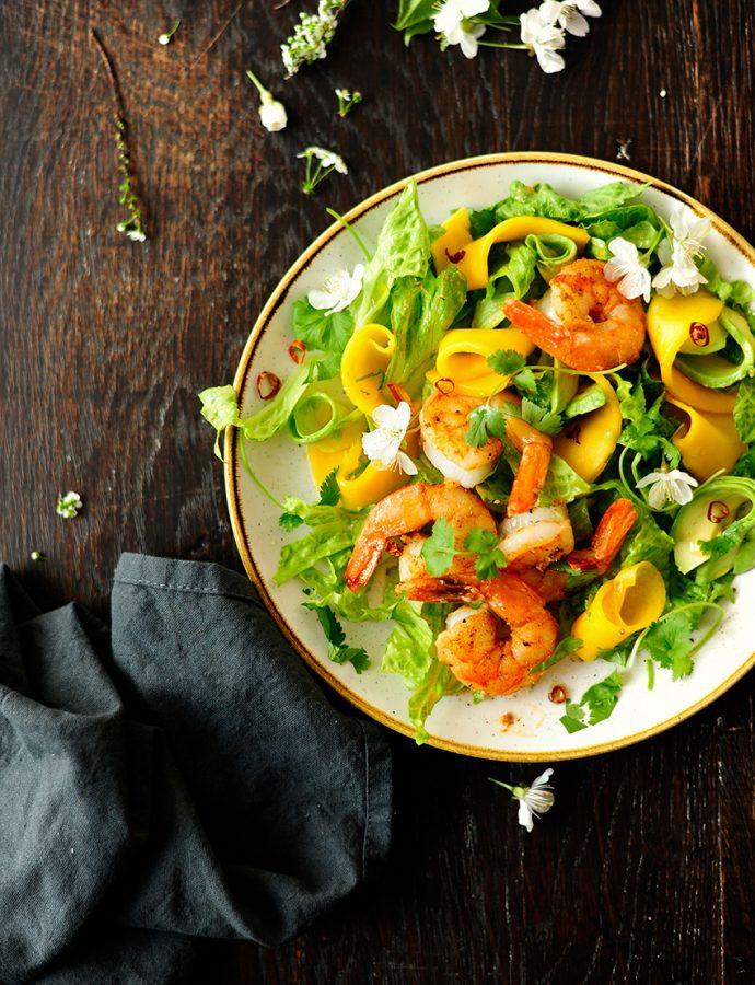 Sałatka z krewetkami i mango na rumie