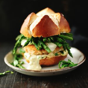 Burger z łososiem, mozzarellą i szparagami