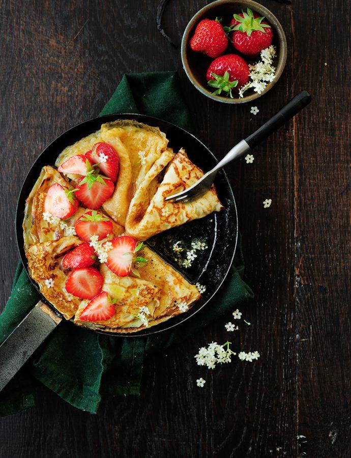 Crêpes met aardbeien en vlierbloesem