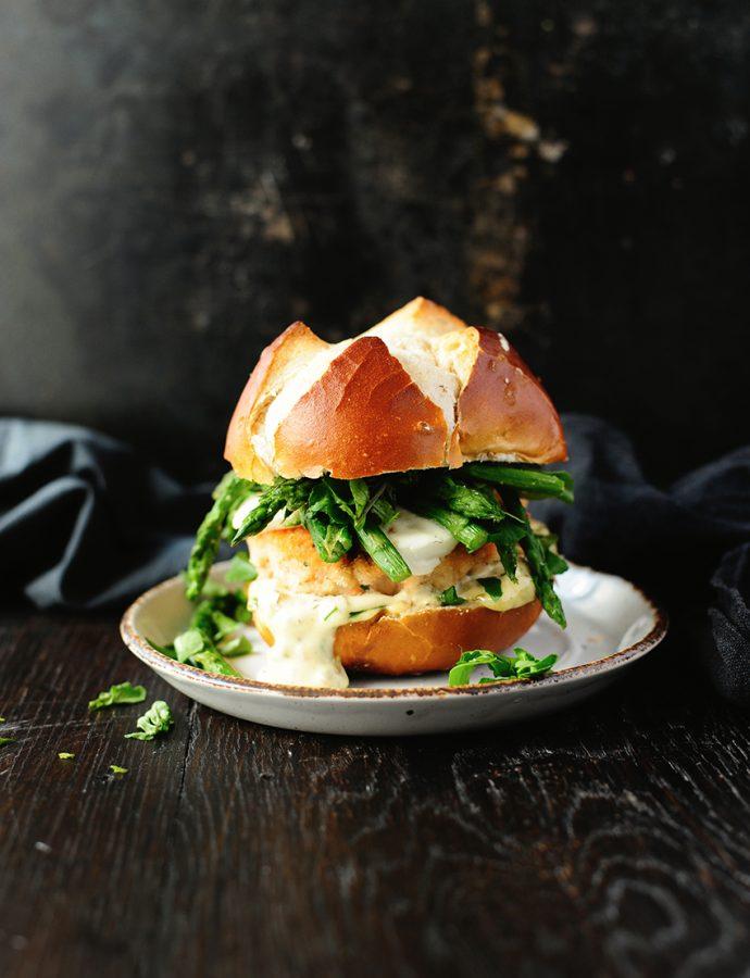 Zalmburgers met mozzarella en asperges