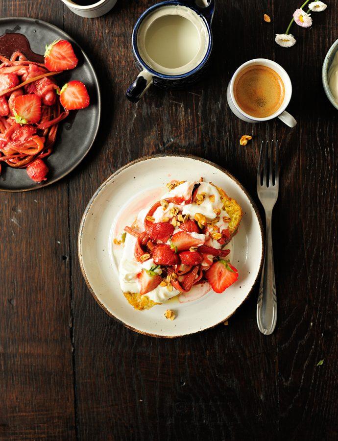 Wentelteefjes met geroosterde aardbeien en rabarber