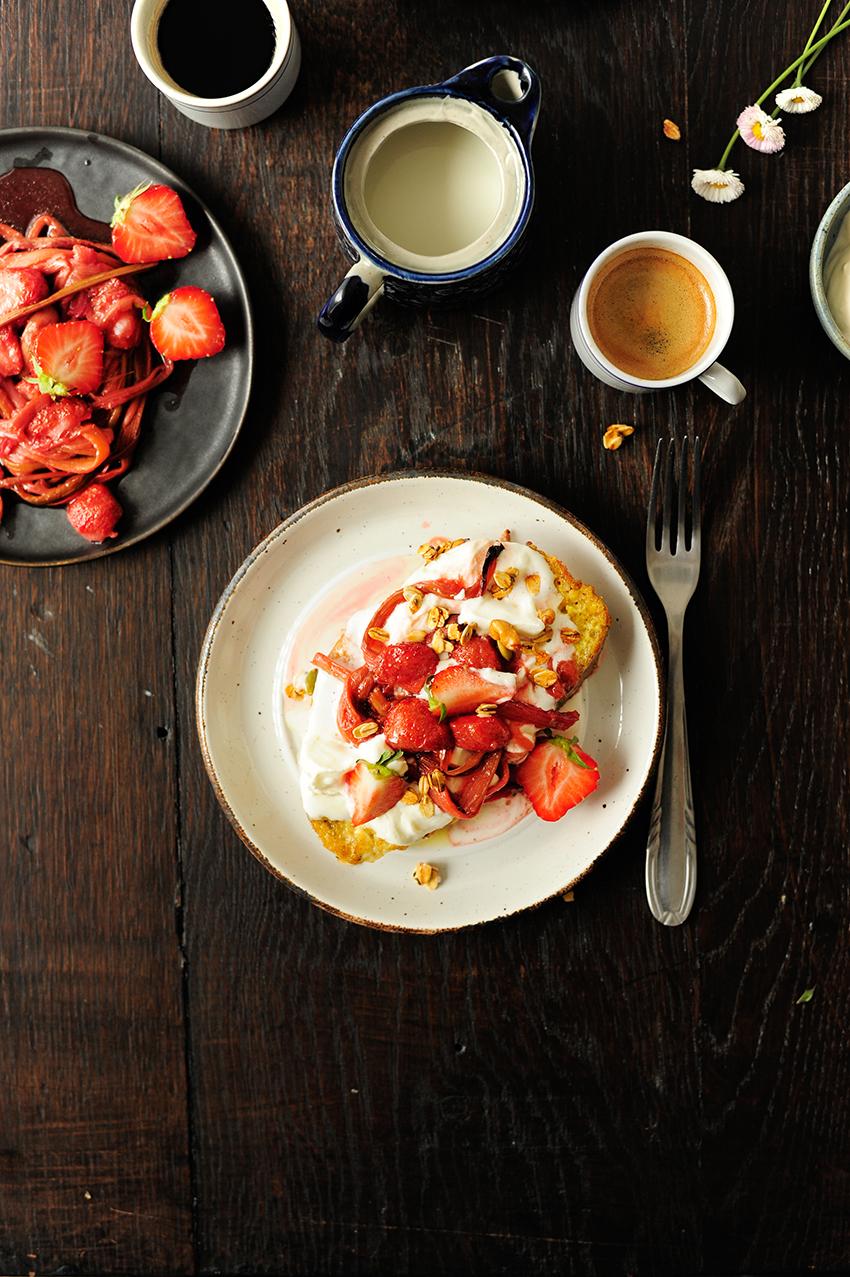 serving dumplings | Wentelteefjes met geroosterde aardbeien en rabarber