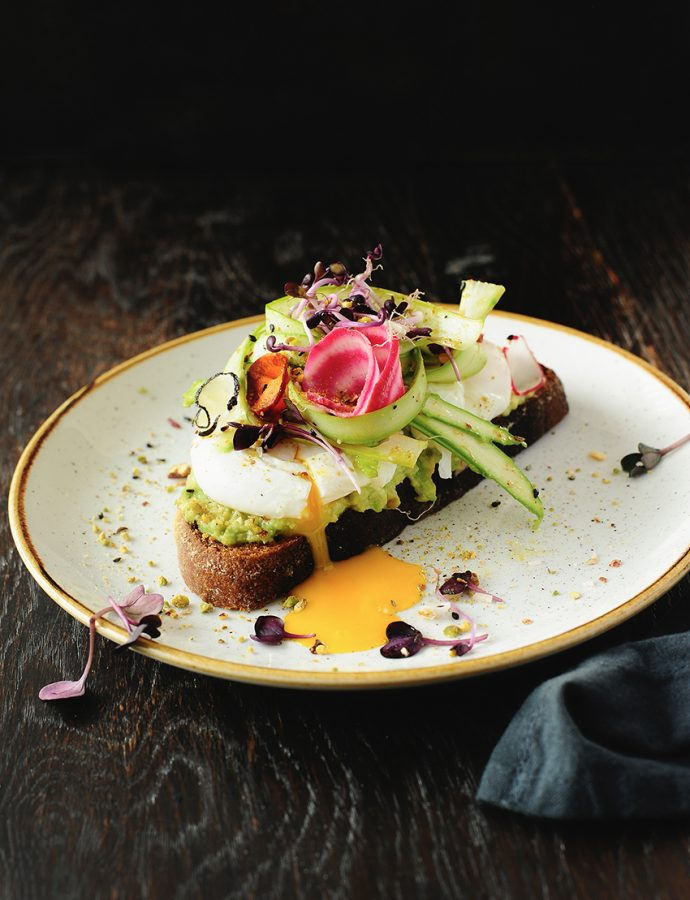 Zuurdesem-toast met gepocheerde eieren, asperges en dukkah