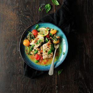 Filety ryby duszone ze szpinakiem i pomidorami