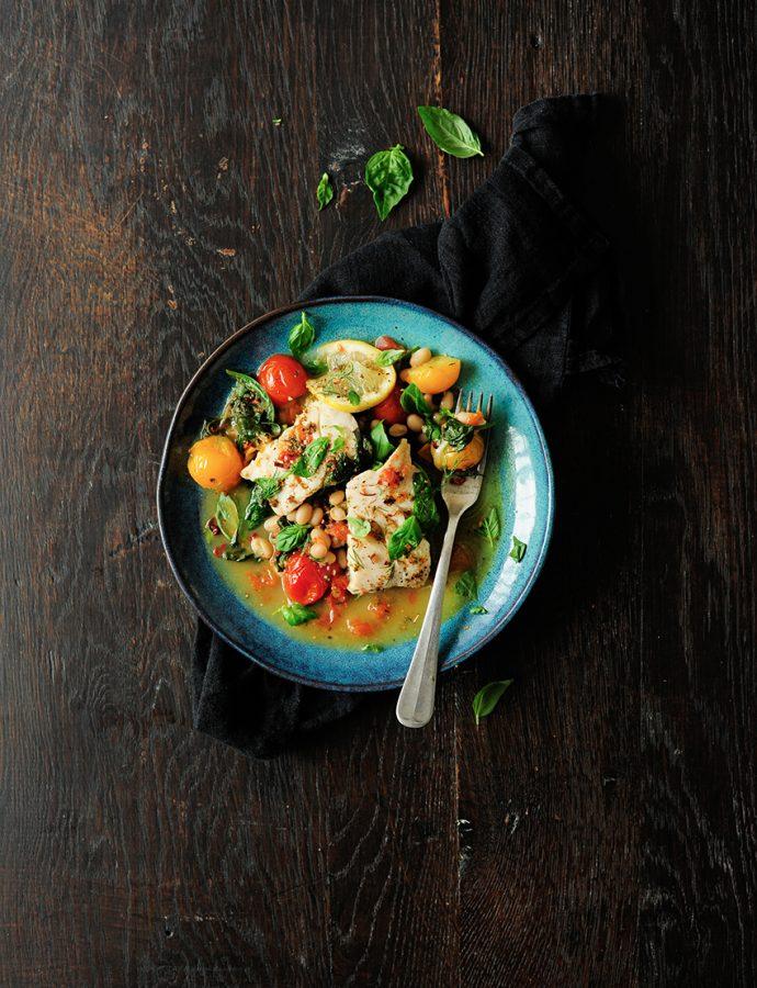 Gestoofde witvis met spinazie en tomaten