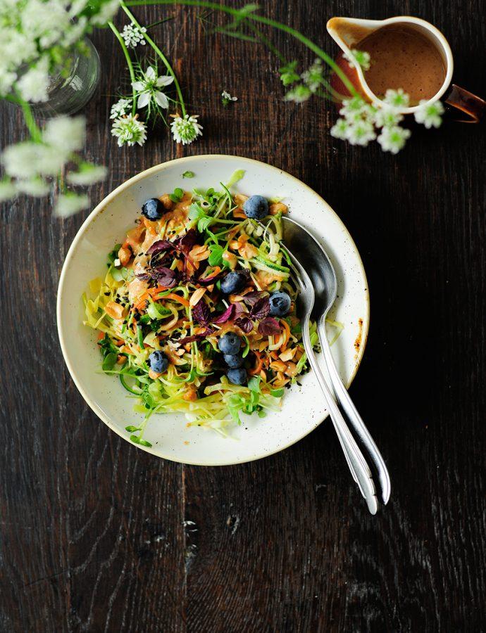 Salade van courgettenoedels met tahini