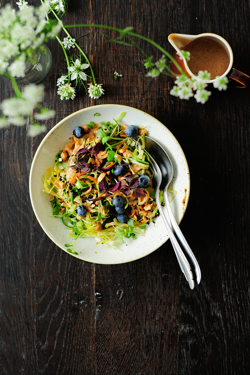 serving dumplings | Salade van courgettenoedels met tahini