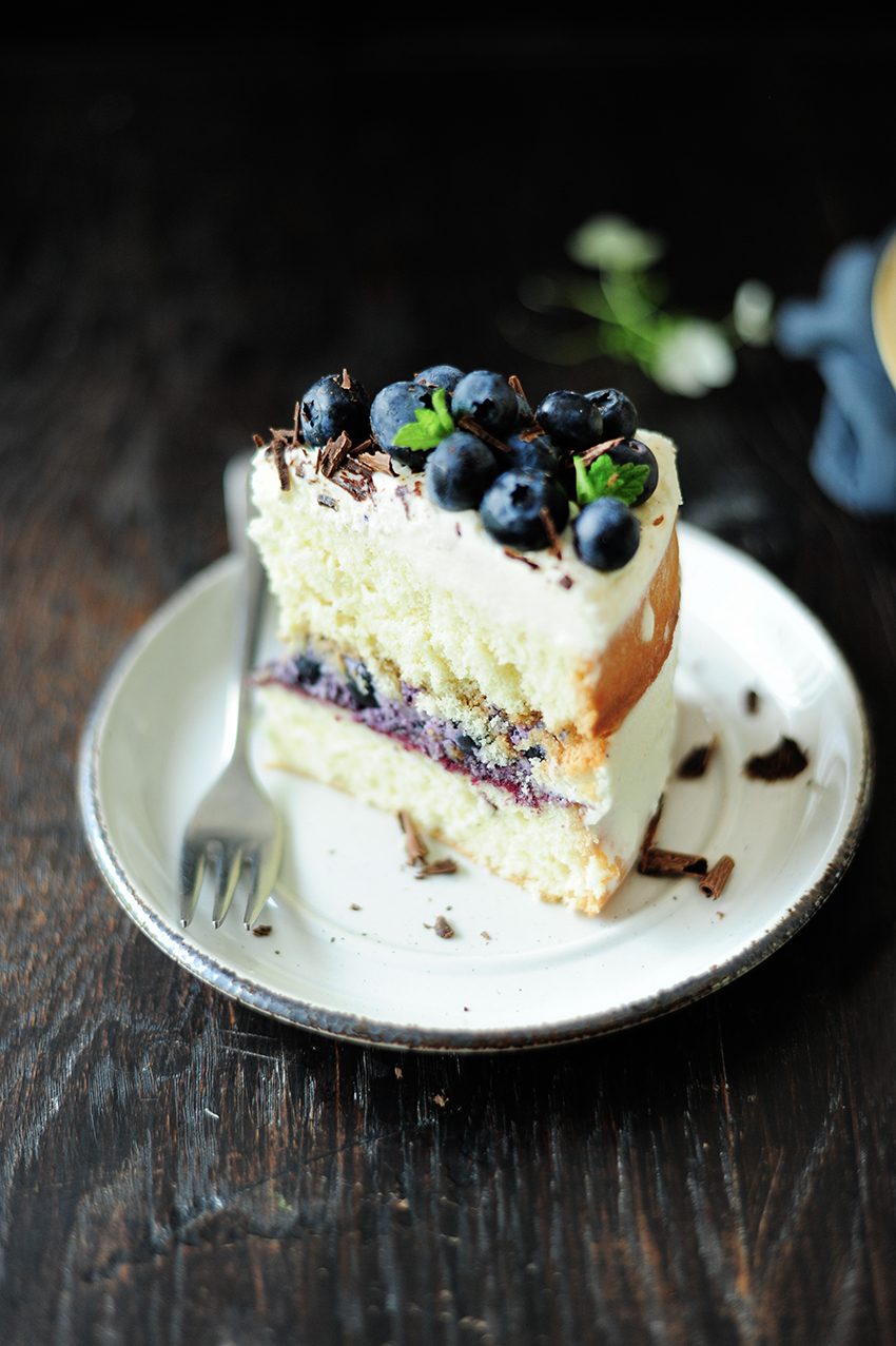 serving dumplings | Summery blueberry mascarpone naked cake