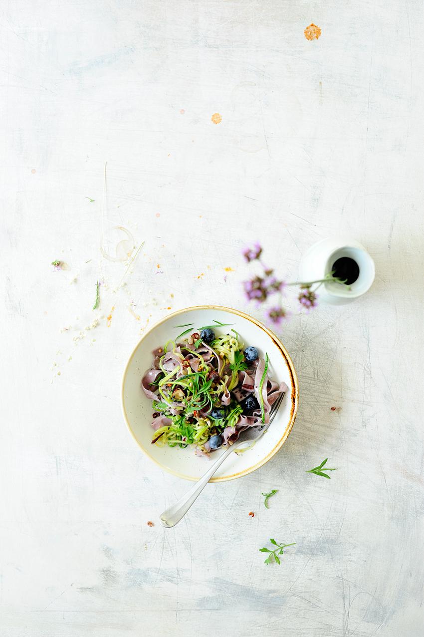 serving dumplings | Tagliatelle van bosbessen met courgette