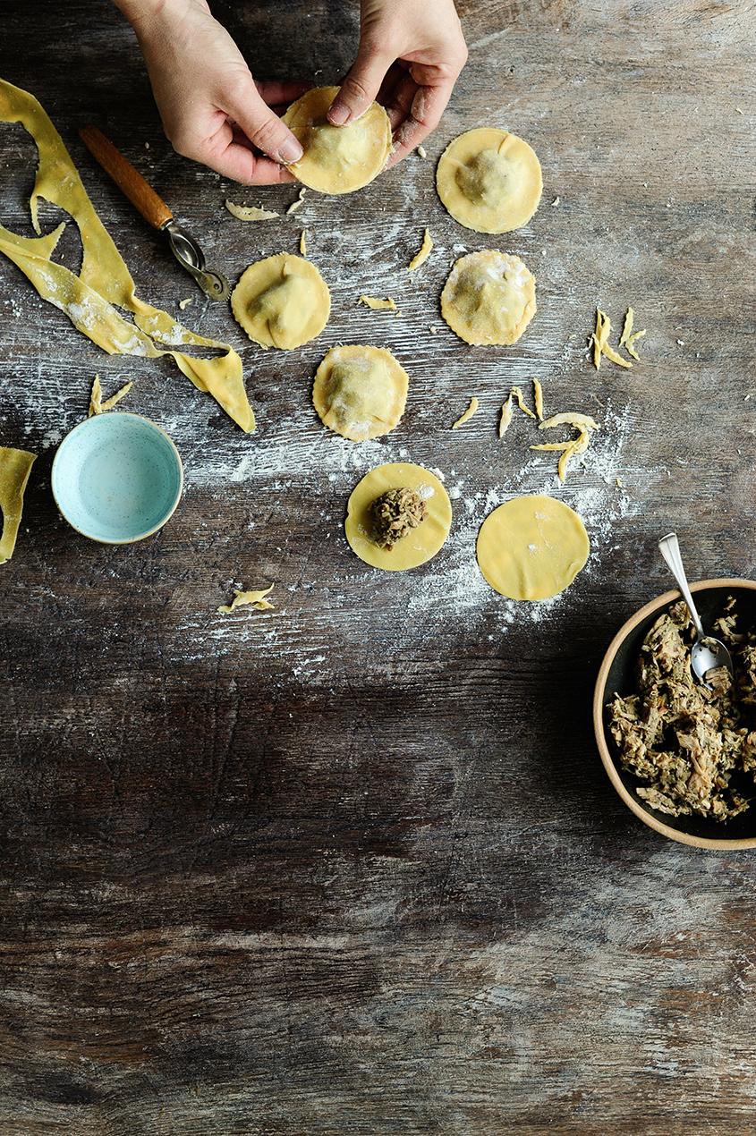 serving dumplings | Ravioli met pulled chicken en gebakken cantharellen