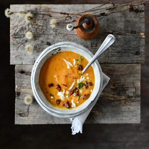Zupa z pieczonej dyni z chrupiącym chorizo i fetą