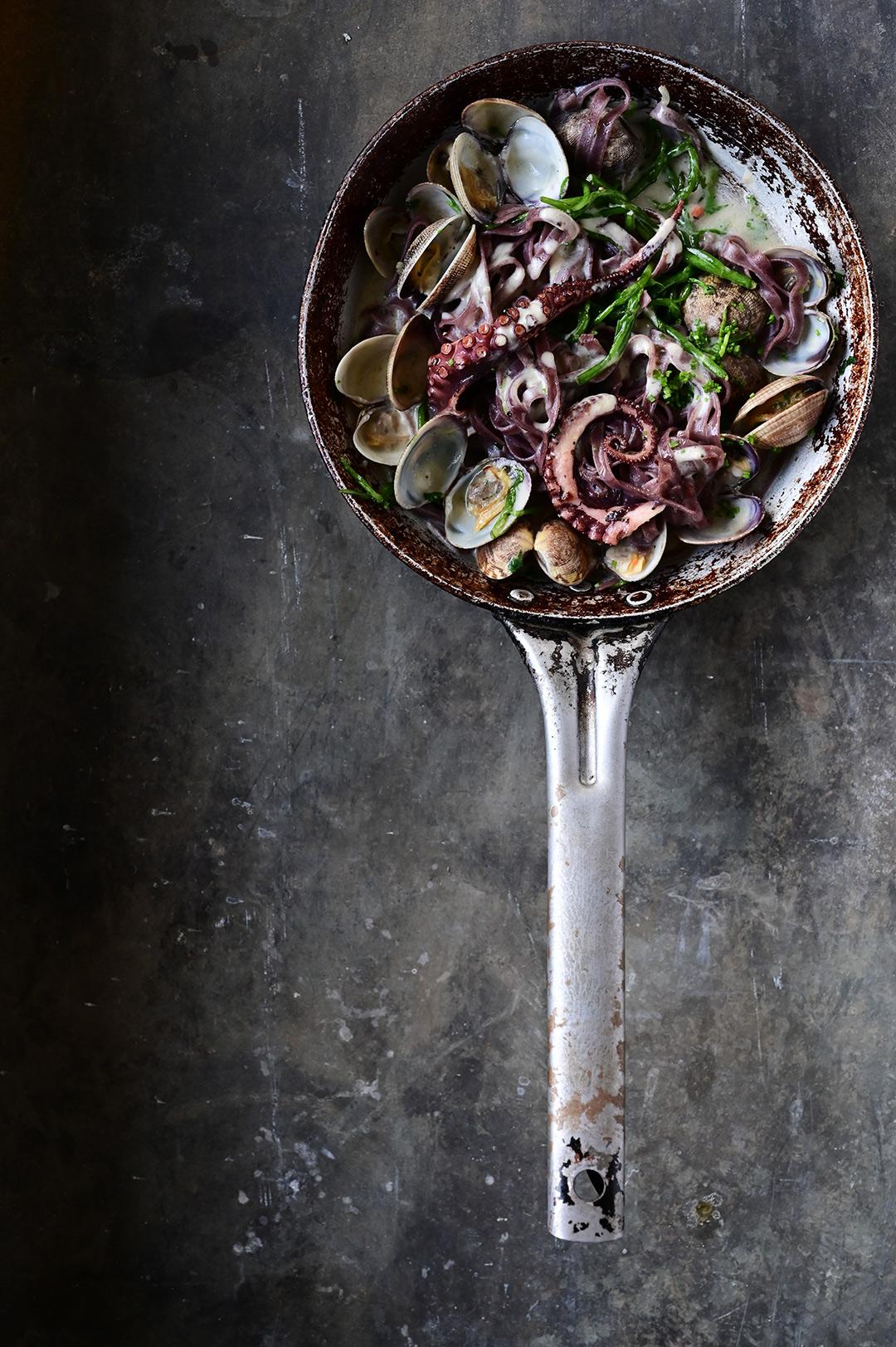 serving dumplings | Zwarte pasta met kokkels en inktvis in een knoflooksausje