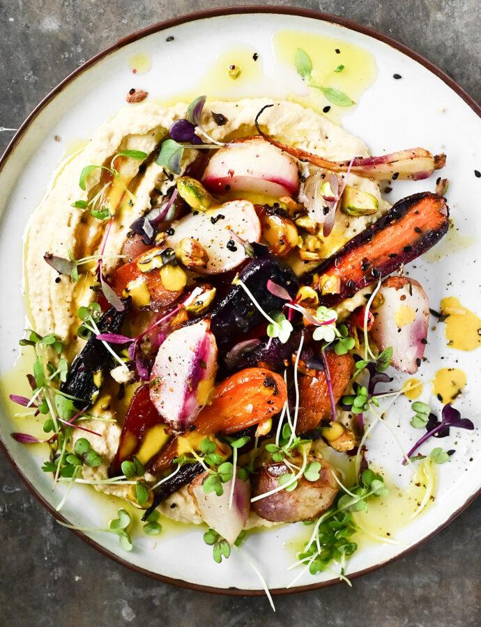 Pieczone warzywa z sosem tahini i hummusem