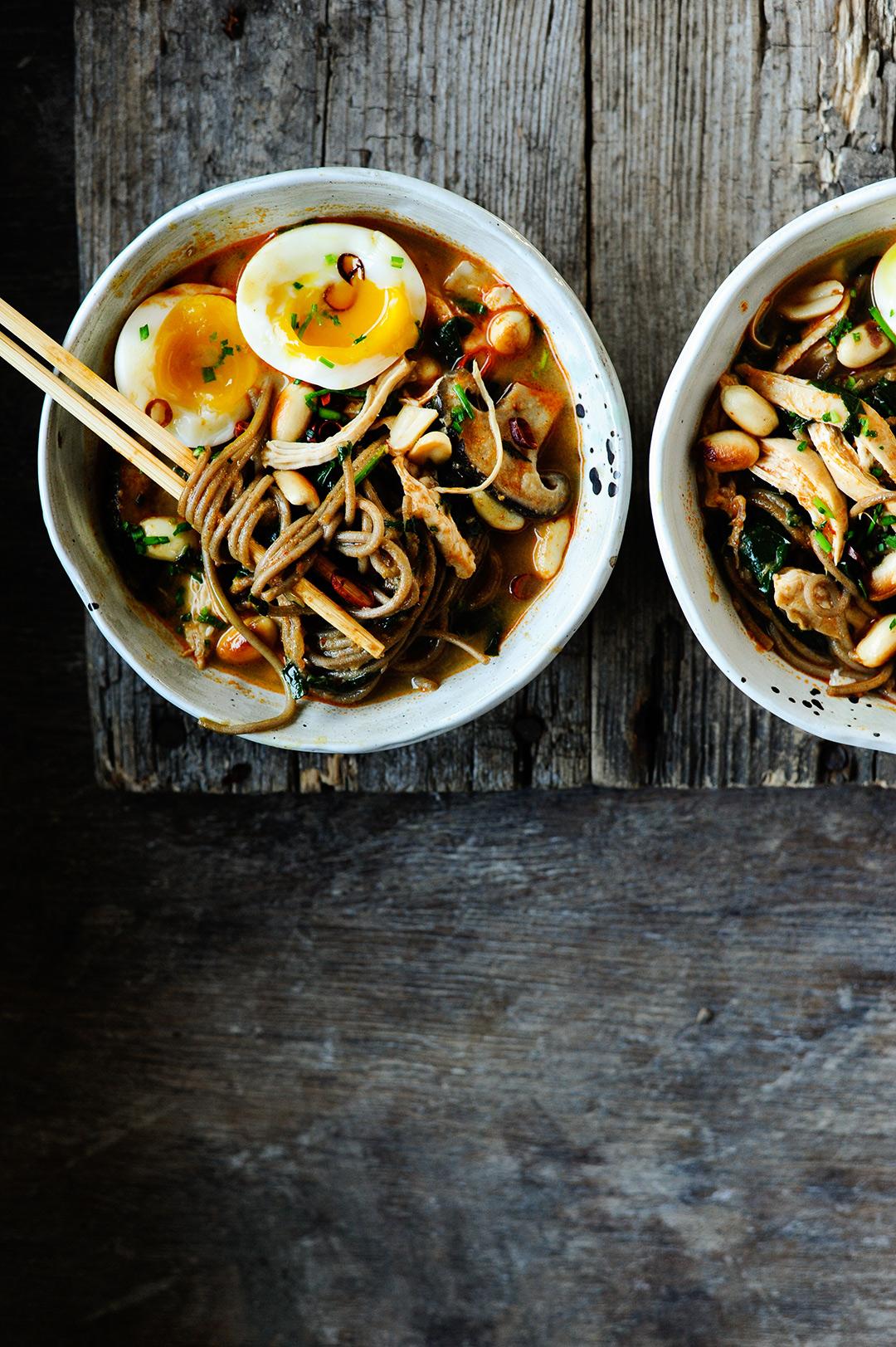 serving dumplings | Miso ramen met kip en pindakaas