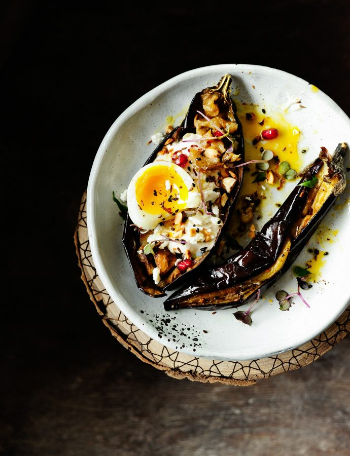 Geroosterde aubergine met tahini-dressing en hazelnoten