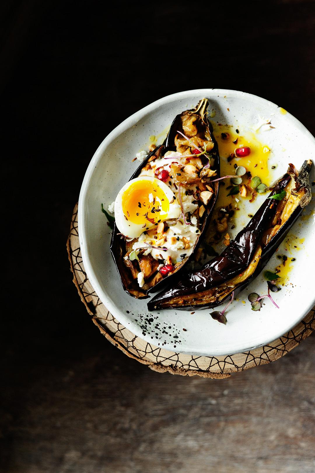 serving dumplings | Geroosterde aubergine met tahini dressing en hazelnoten
