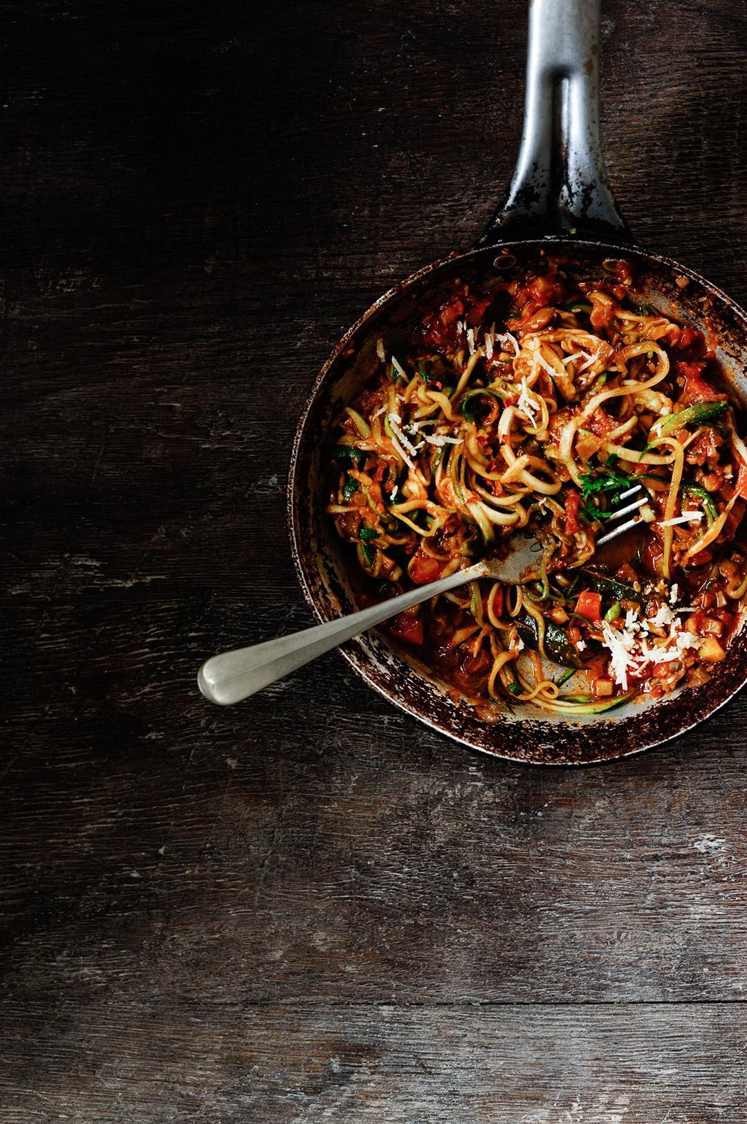 serving dumplings | Makaron z cukinii z grzybowym sosem bolognese