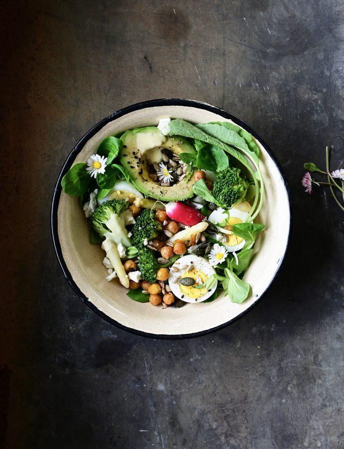 Wiosenna sałatka ze szparagami, brokułem i sosem miodowo cytrynowym