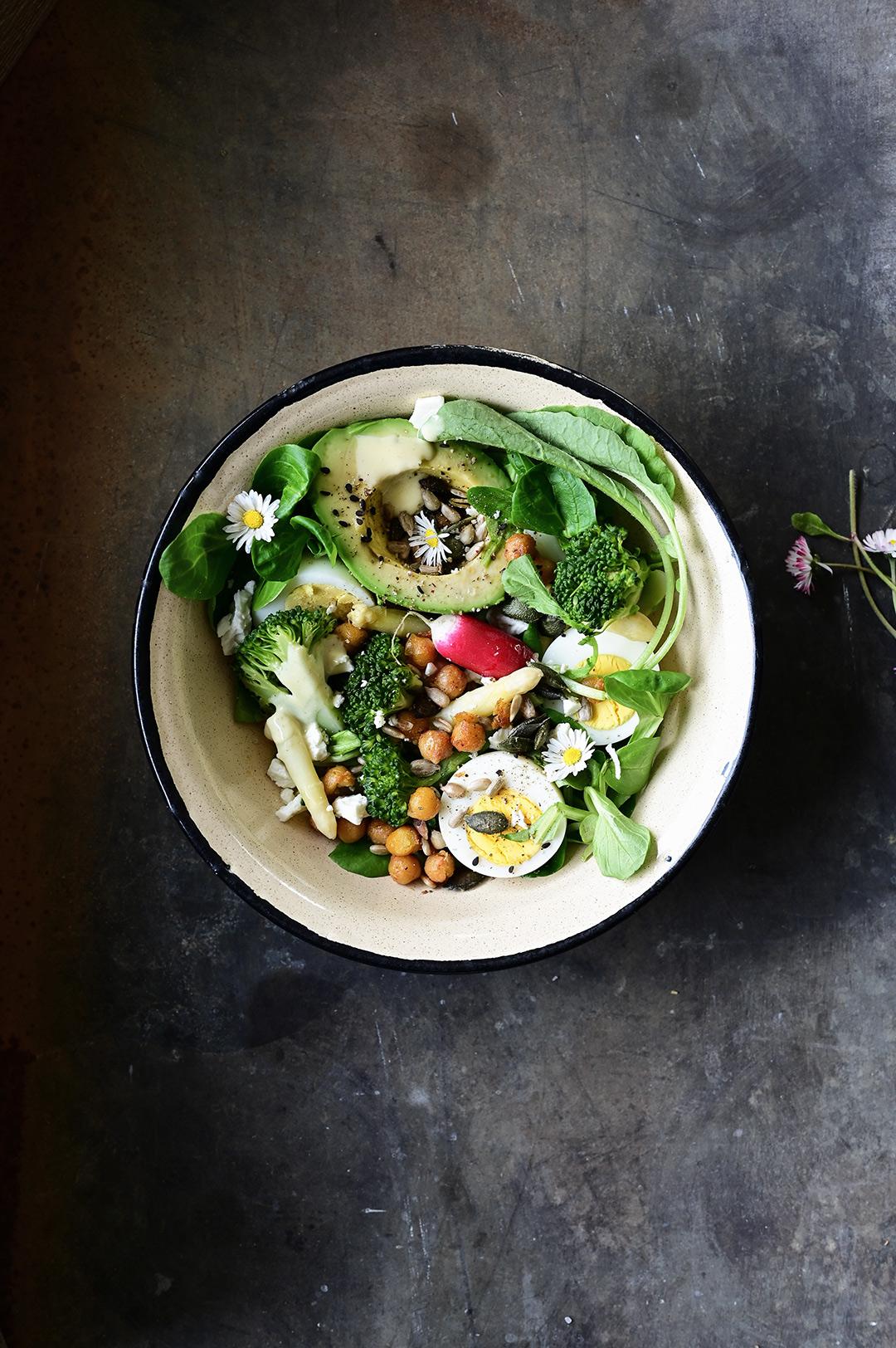 serving dumplings | Wiosenna sałatka ze szparagami, brokułem i sosem miodowo cytrynowym