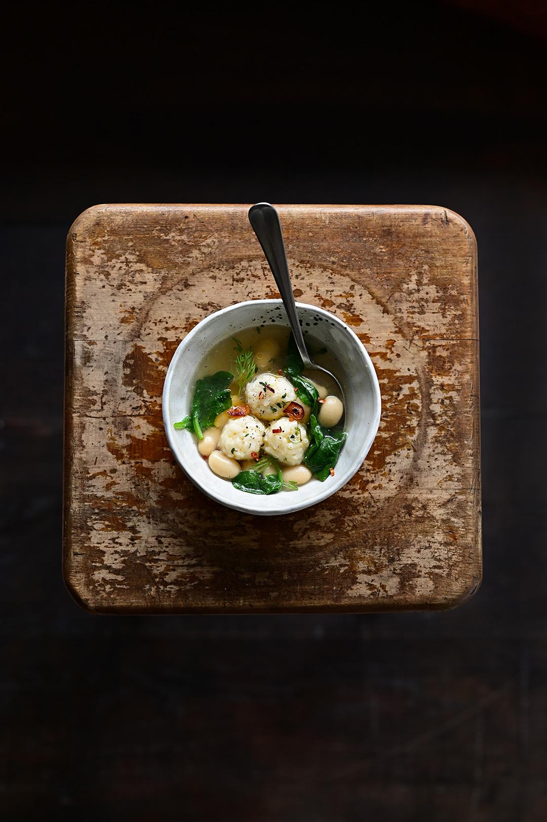 serving dumplings | Kulki ryżowe z parmezanem w rosole ze szpinakiem i fasolą