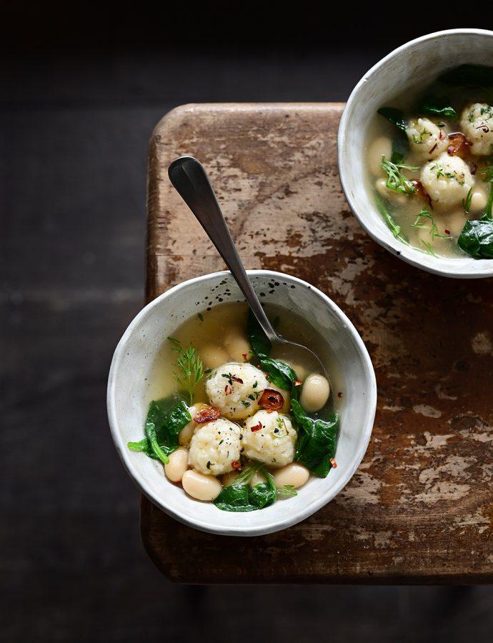 Bouillon met spinazie en parmezaan rijstballetjes