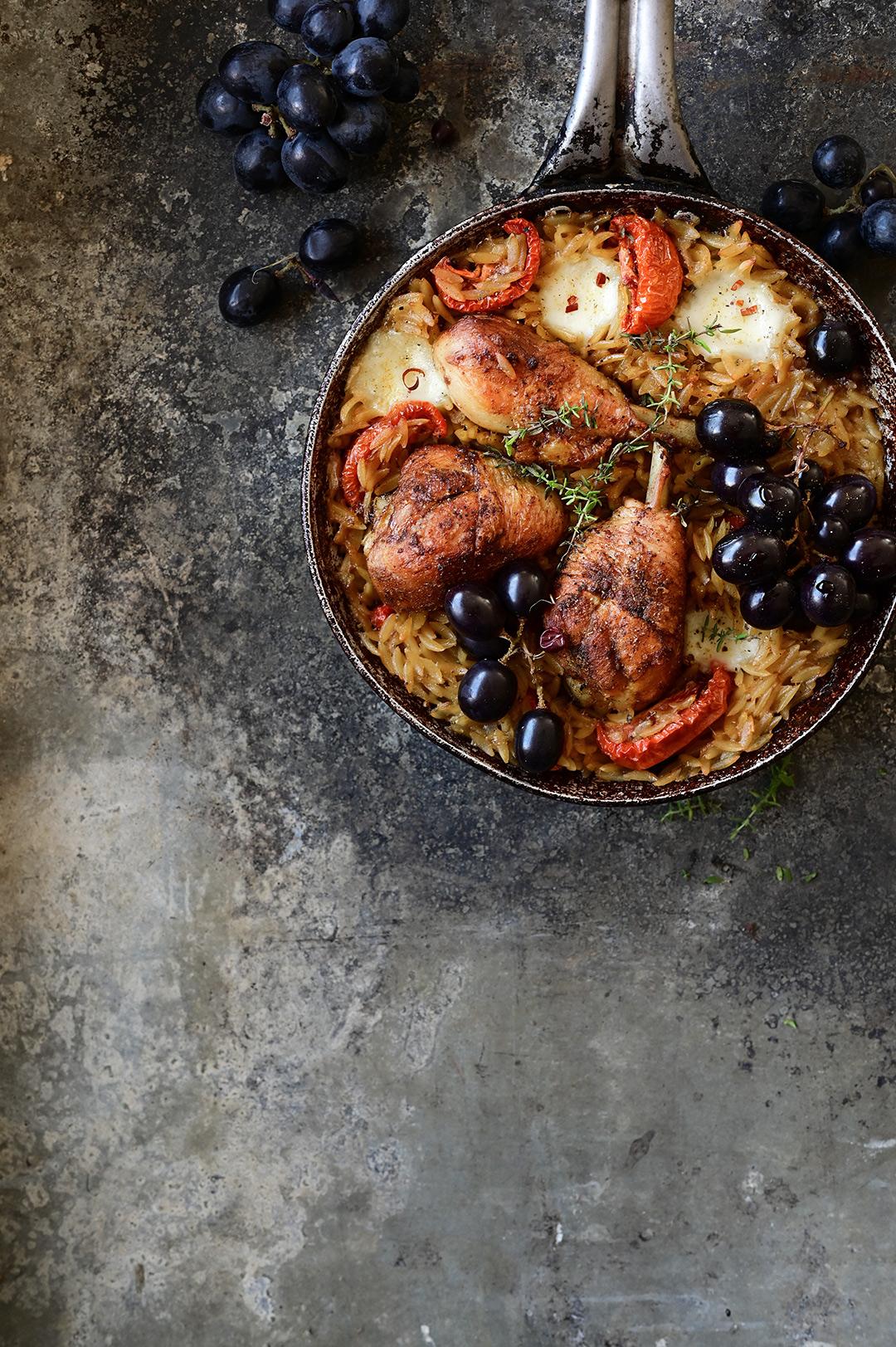serving dumplings | Orzo met geroosterde kip en druiven