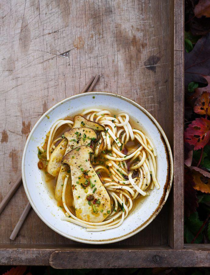 Azjatycka zupa grzybowa z makaronem udon