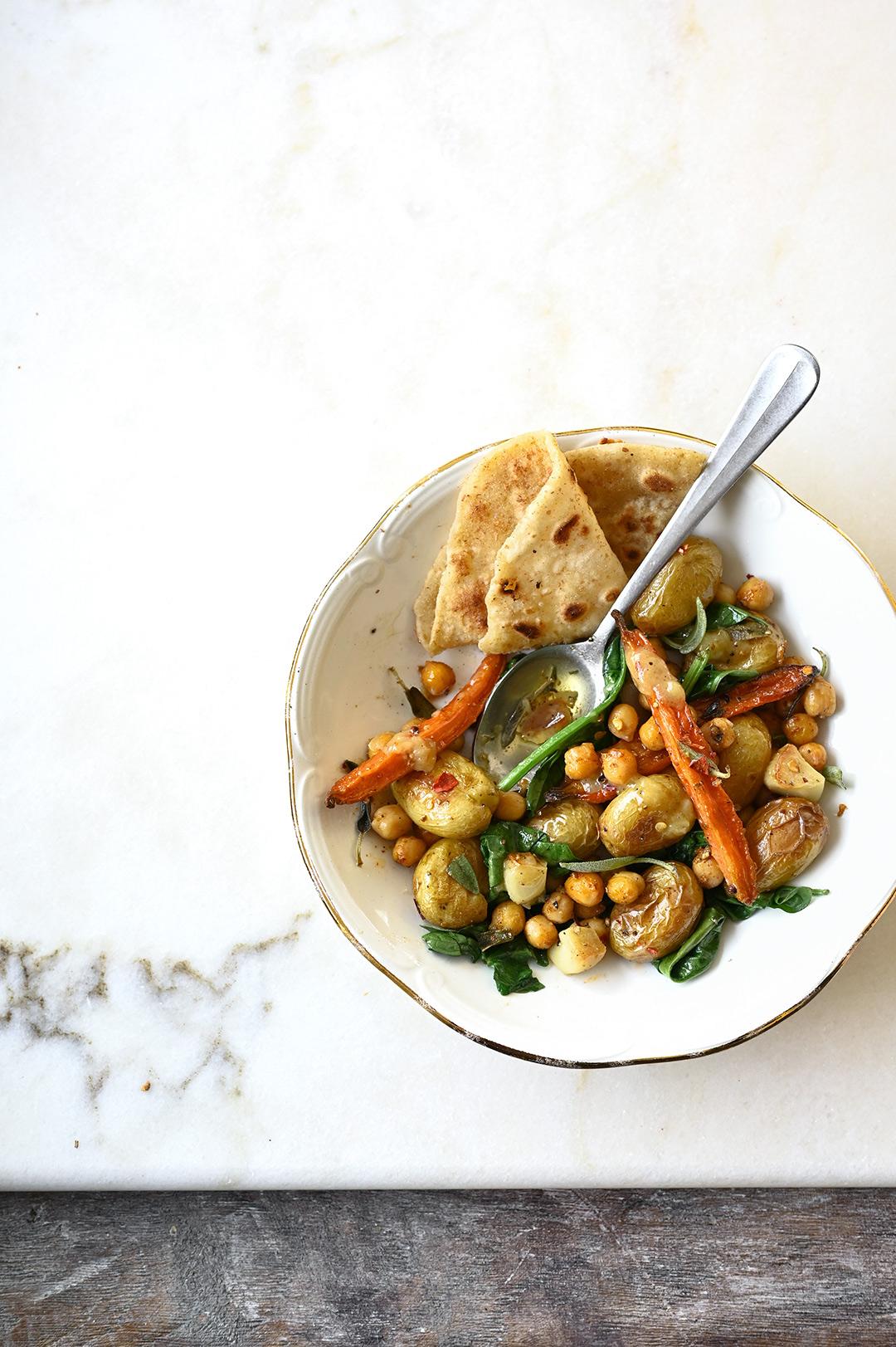 serving dumplings | Prosta sałatka z pieczonymi ziemniakami i ciecierzycą