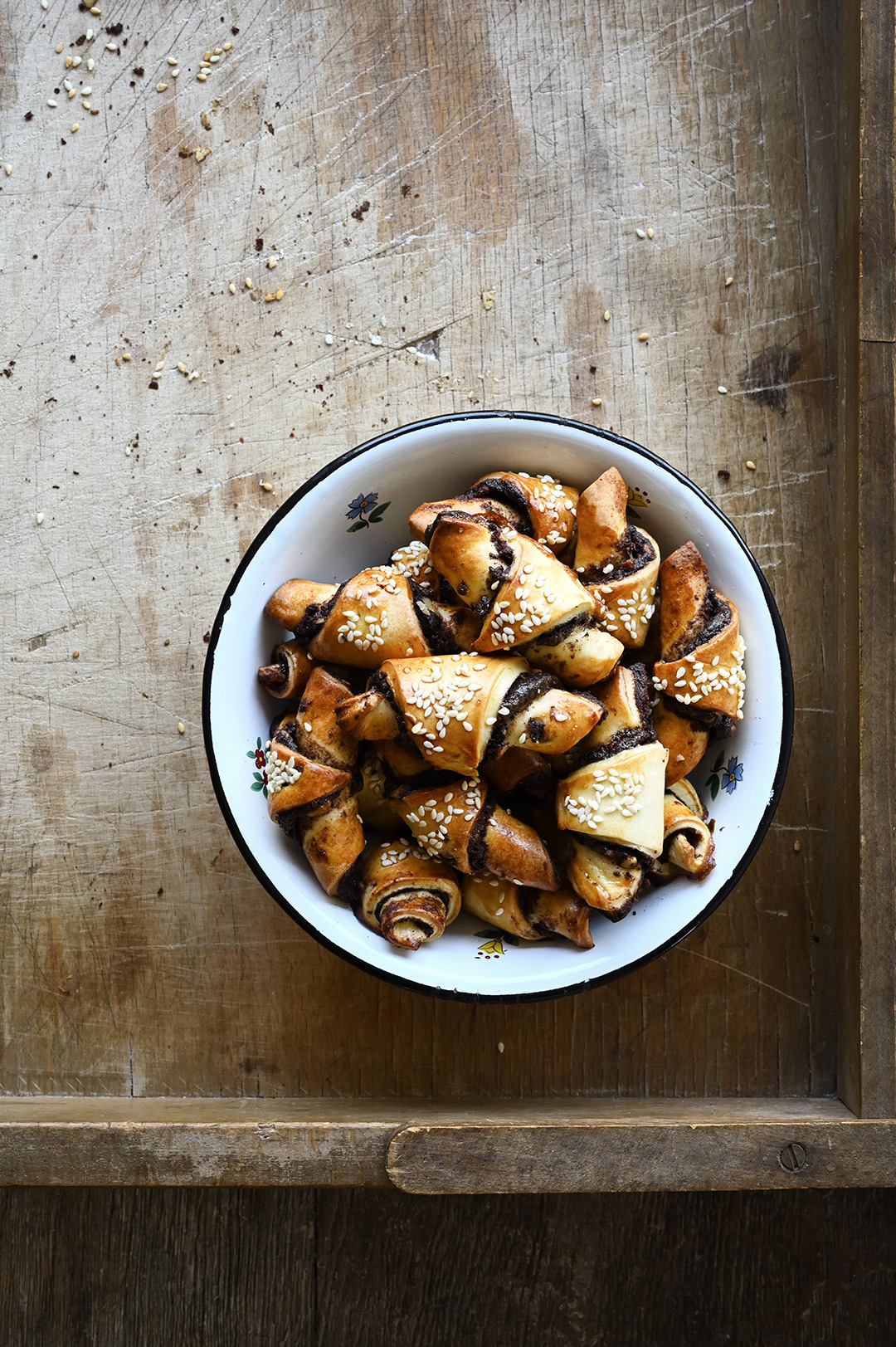serving dumplings | Koekjes met tahini en chocolade