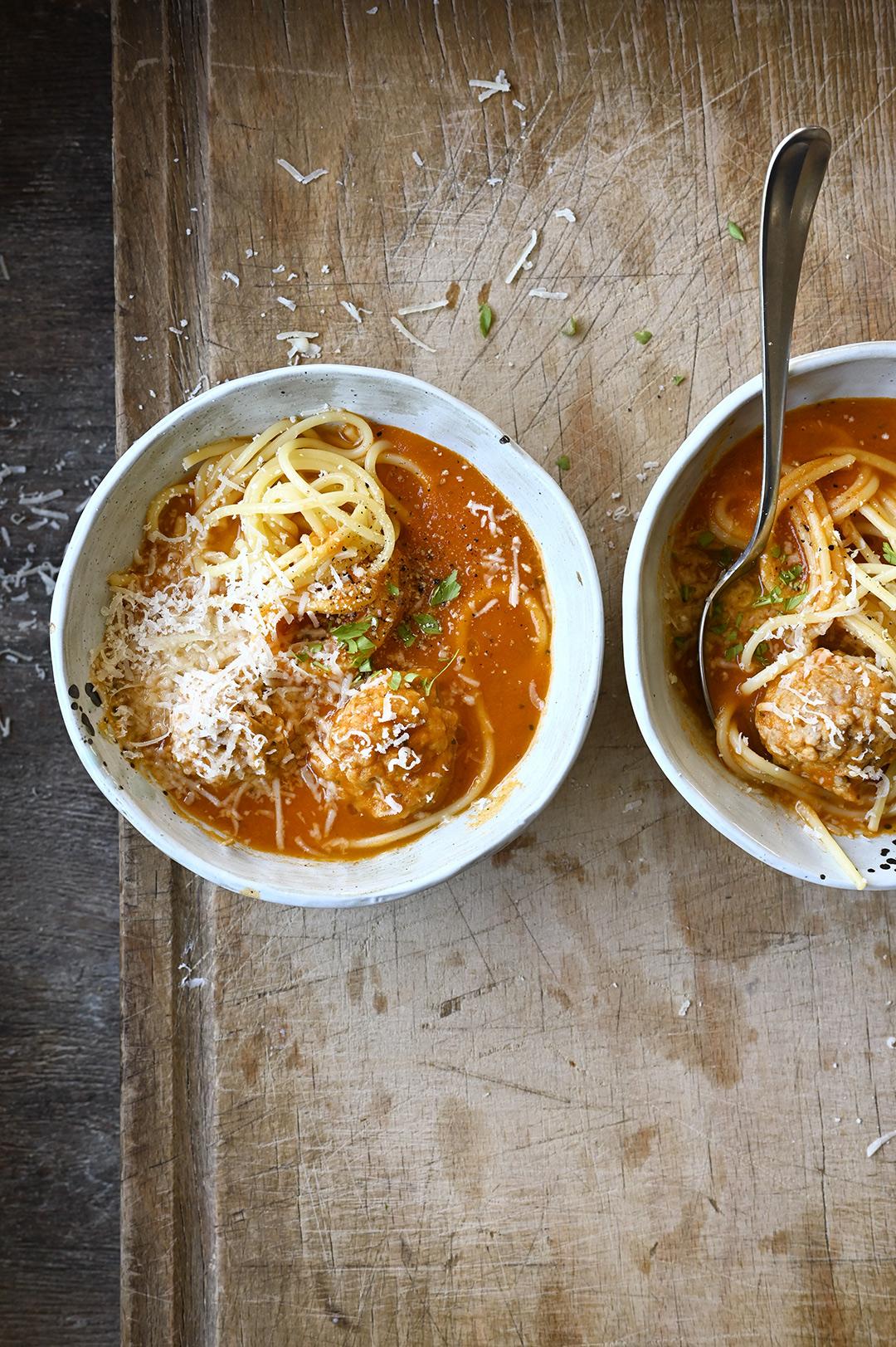 serving dumplings | Tomatensoep met gehaktballetjes en spaghetti