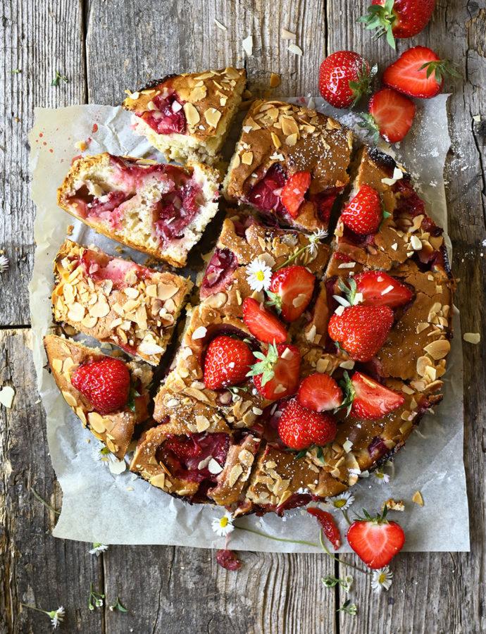Yoghurtcake met aardbeien en amandelen