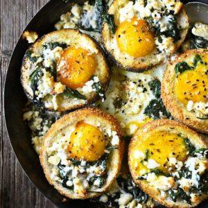 Broodjes gebakken met ei, spinazie en feta