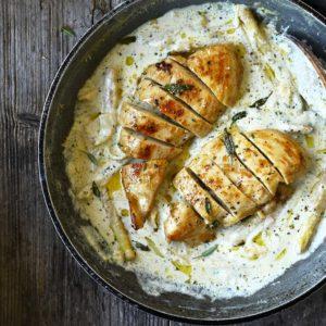 Pasta met kip en asperges in een romige pepersaus