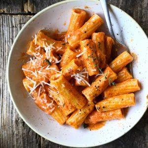 Pasta met geroosterde paprika en zongedroogde tomatensaus
