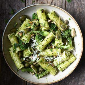 15 minuten pasta met broccoli en basilicum
