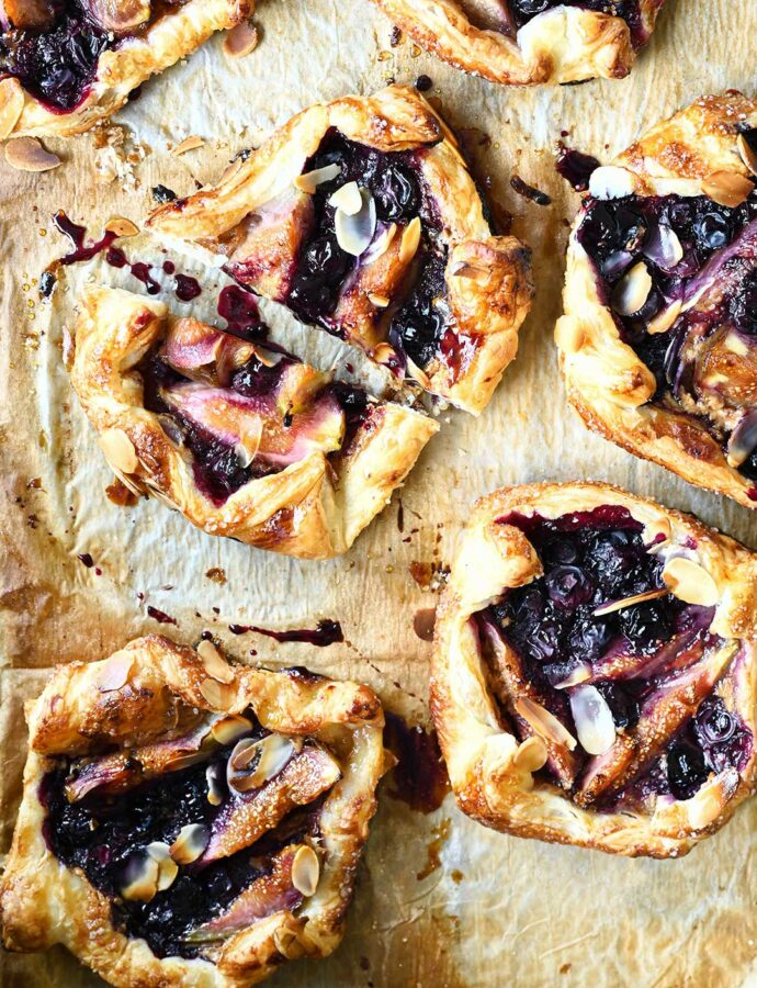 Tarty z ciasta francuskiego z figami i borówkami