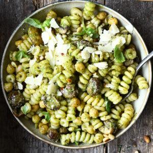 Pasta pesto met champignons en kikkererwten