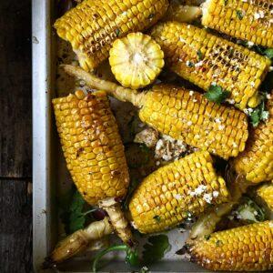 Geroosterde maïs met knoflookboter en feta