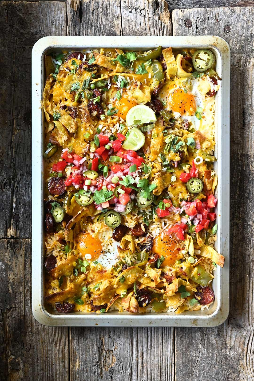 serving dumplings | Mexicaanse rijstschotel met chorizo en eieren