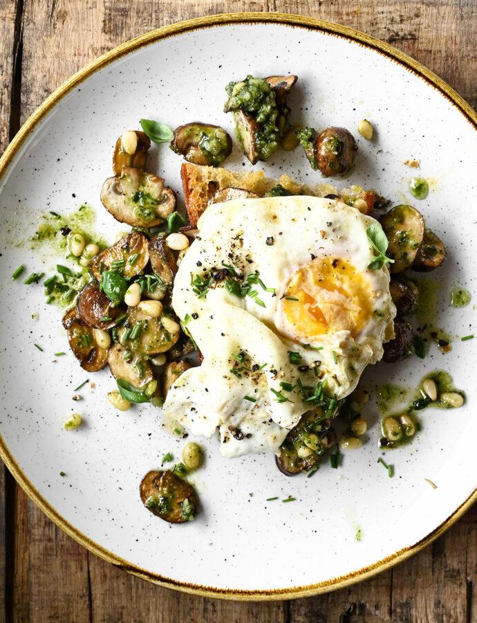 Grzanki z pieczarkami, pesto i jajkiem sadzonym