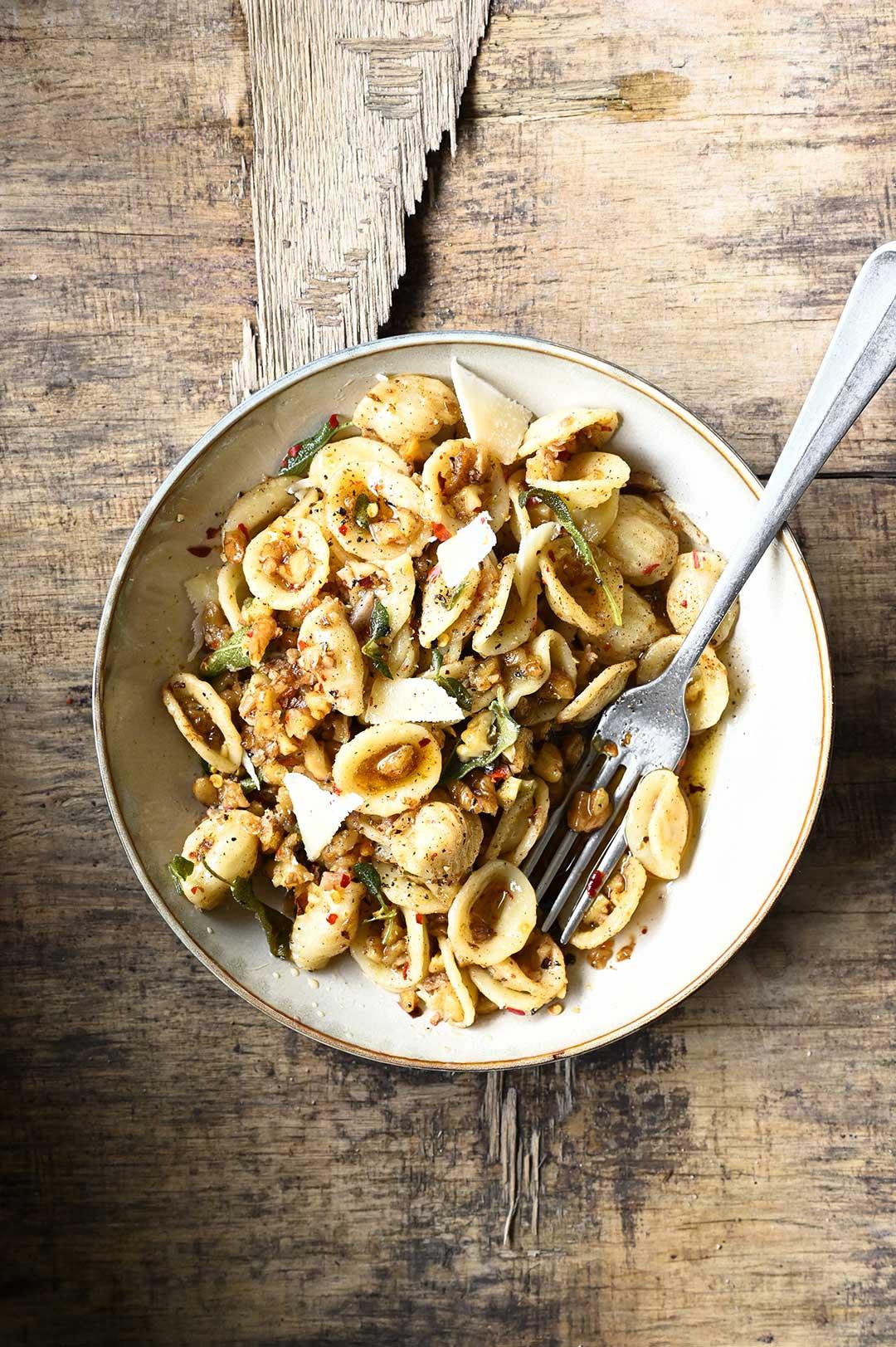 serving dumplings | Orecchiette z palonym masłem, orzechami i szałwią