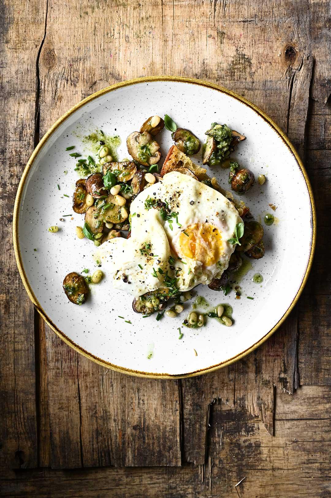 serving dumplings | Grzanki z pieczarkami, pesto i jajkiem sadzonym