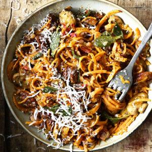 Zoete aardappelpasta met champignons en spekjes
