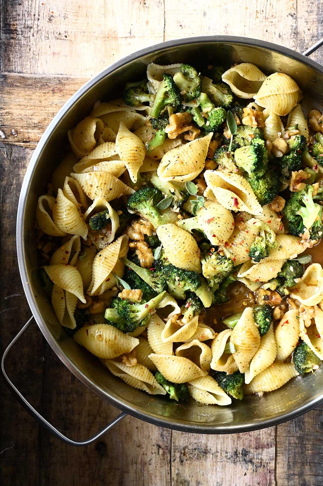 serving dumplings | Pasta met beurre noisette, broccoli en walnoten