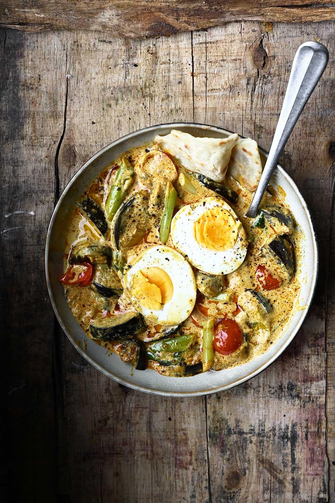 serving dumplings | Curry met eieren en aubergine
