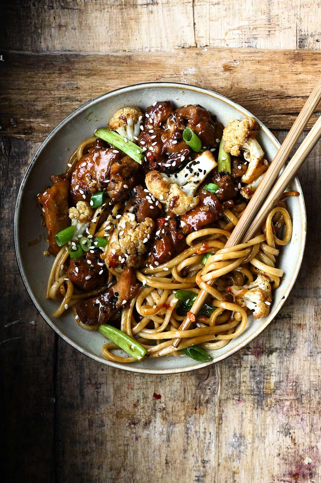 serving dumplings | Kurczak w sosie sojowym z kalafiorem