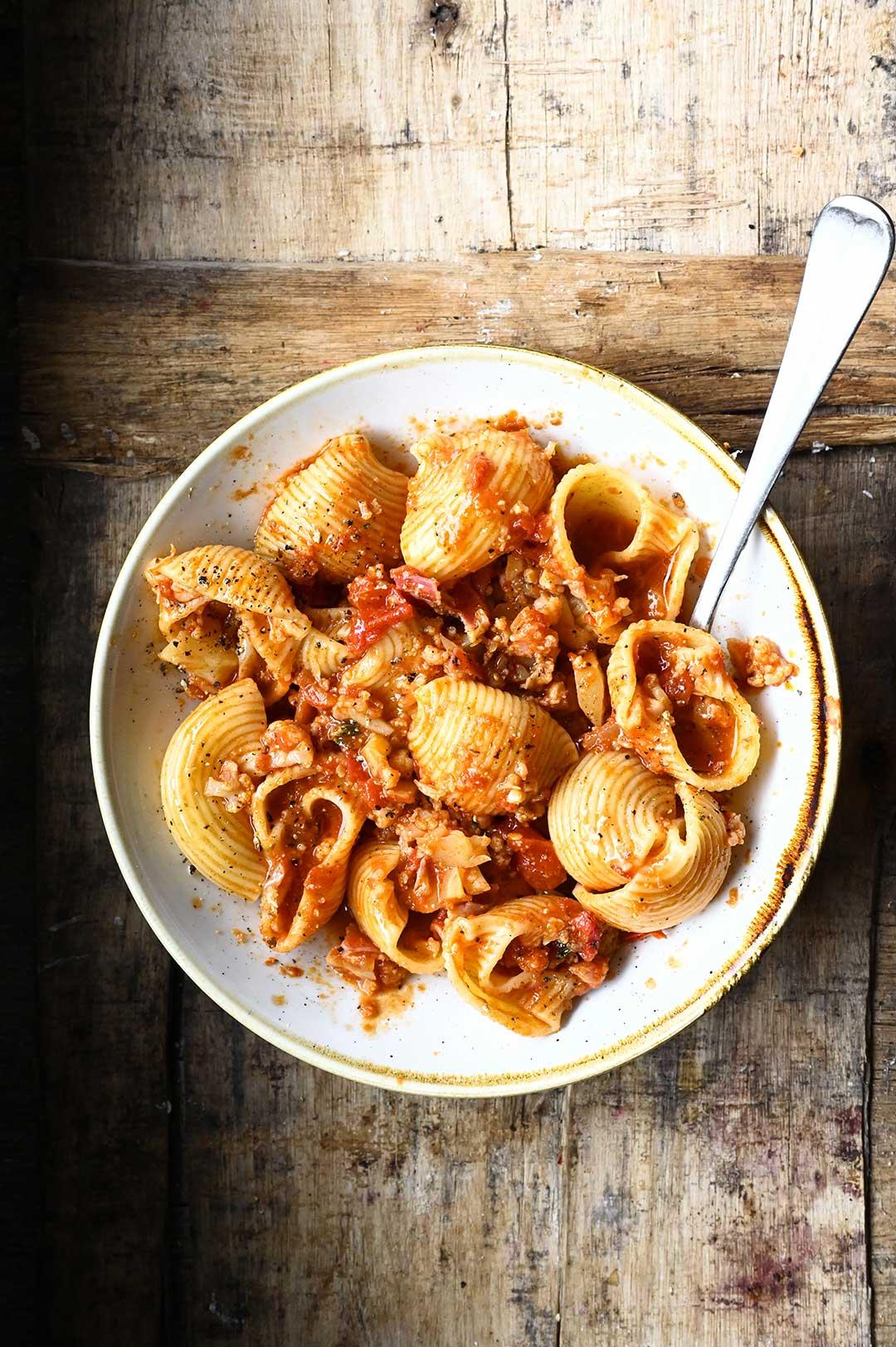 serving dumplings | Makaron z sosem bolońskim z kalafiorem i pancettą