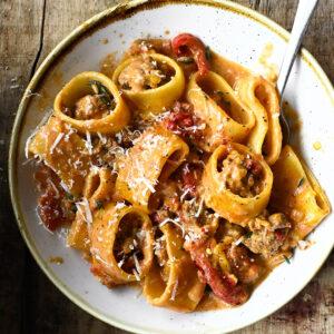 Pasta met romige bolognese en geroosterde paprika
